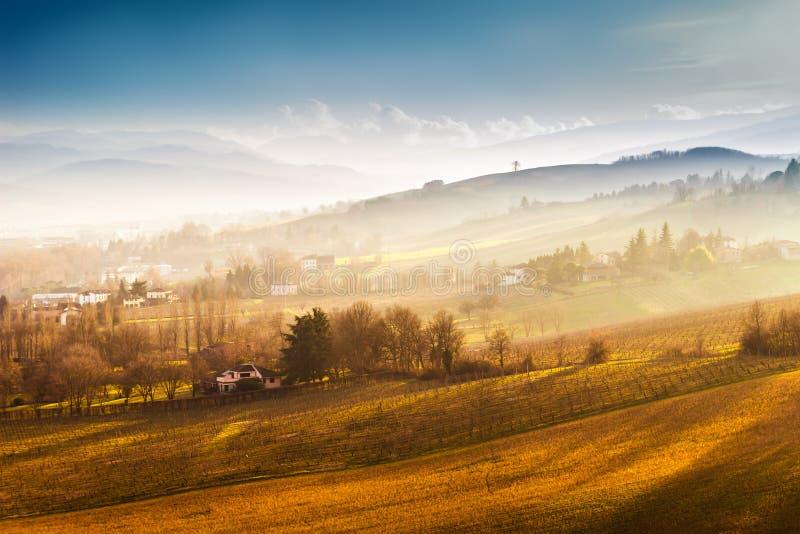 Сценарные природа и холмы на заходе солнца стоковые изображения rf
