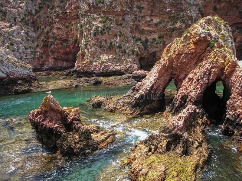 Сценарные скалы и утесы приближают к острову Berlenga, Португалии стоковые изображения