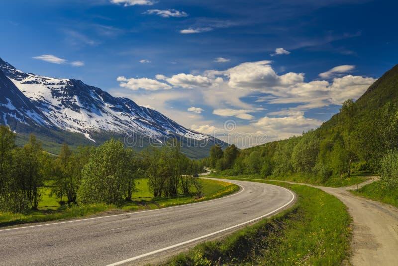 Сценарный ландшафт горы с извилистой дорогой стоковые изображения