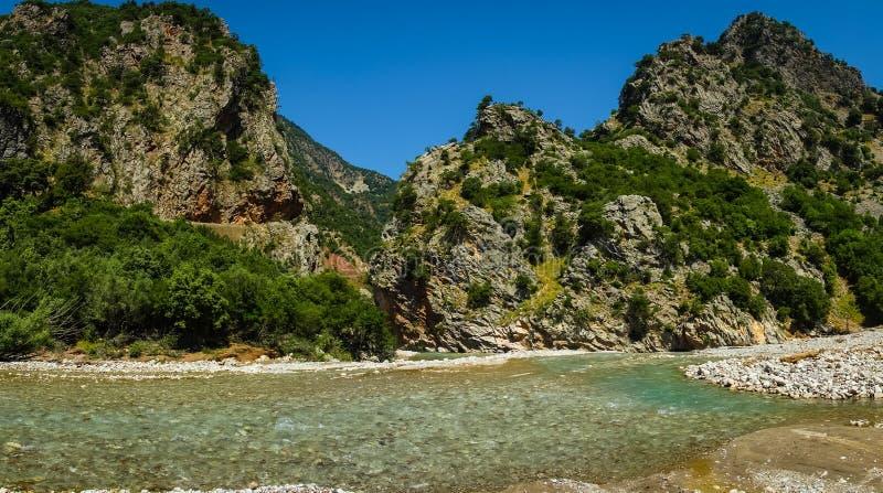 Сценарный ландшафт горы с рекой Krikiliotis, Evritania стоковые изображения rf