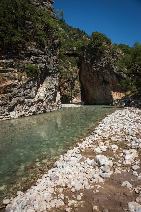 Сценарный ландшафт горы с рекой Krikiliotis, Evritania стоковая фотография