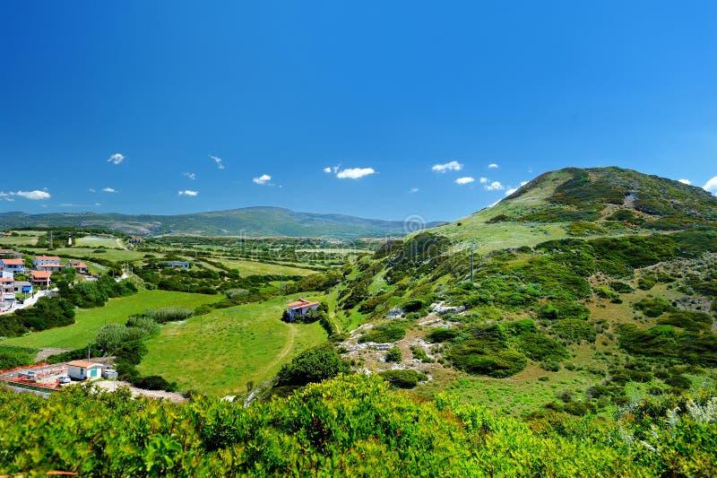 Download Сценарный ландшафт гор стоковое изображение. изображение насчитывающей солнце - 41660597