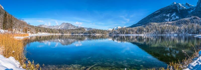 Сценарный ландшафт зимы в баварских Альпах с идилличным озером Hintersee горы стоковые фотографии rf
