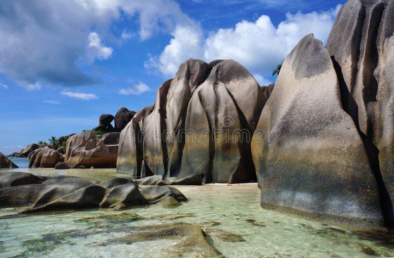 Сценарный ландшафт пляжа солнечного тропического ` источника d Anse Argent на острове Digue Ла, Сейшельских островах, с белым пес стоковые изображения rf