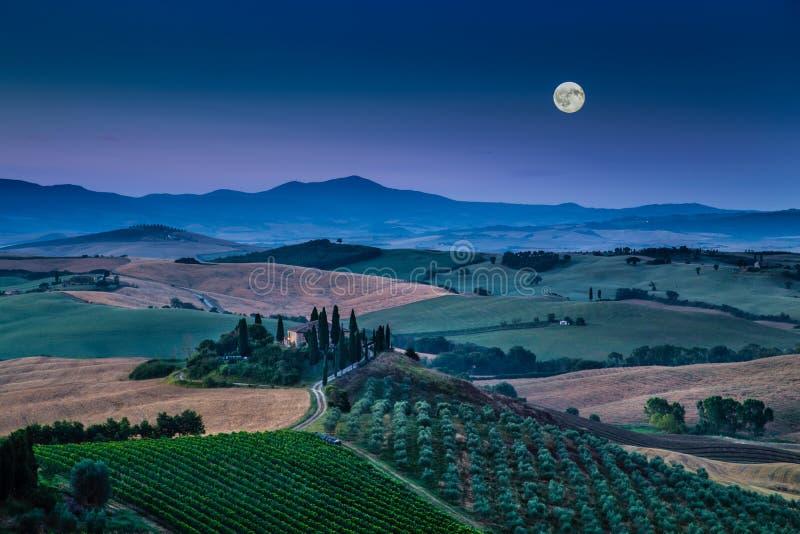 Сценарный ландшафт Тосканы в лунном свете на зоре, d'Orcia Val, Италия стоковое фото