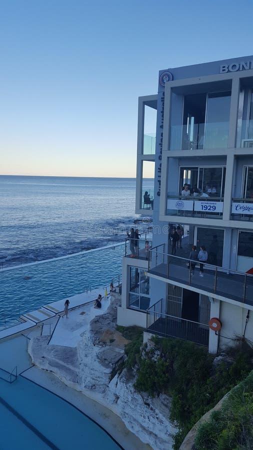 Сценарный взгляд бассейна и близрасположенного здания на южном конце пляжа Bondi, NSW, Австралии стоковые фото