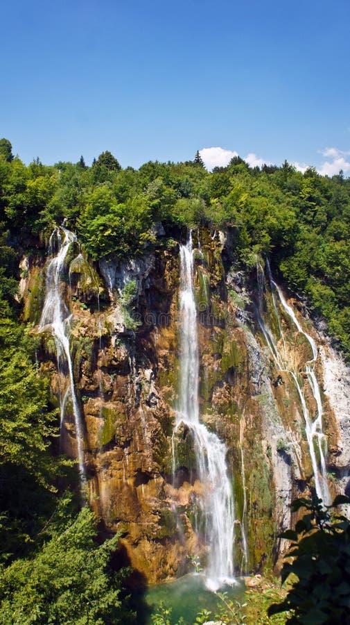 Сценарный взгляд большого водопада, озера Plitvice в Хорватии, национальном парке, солнечном дне с голубым небом стоковое изображение