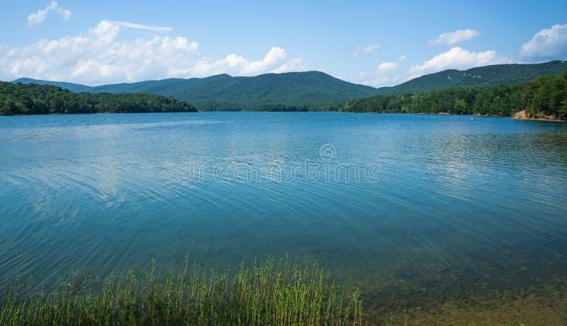 Сценарный взгляд бухты Carvins и горы медника расположенных в Botetourt County, Вирджинии, США стоковые фото