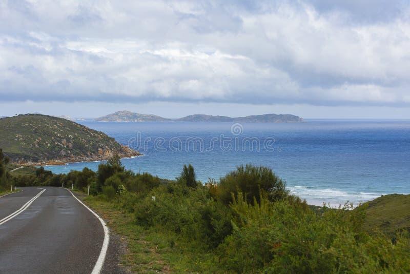 Сценарный взгляд вдоль прибрежной дороги Виктория Австралии стоковые фотографии rf