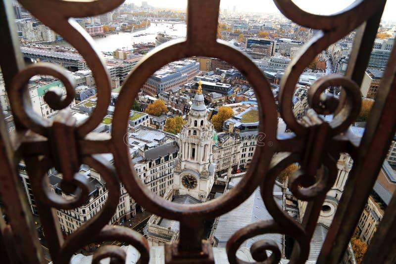 Сценарный взгляд взгляда городского пейзажа через монастырь с башней с часами в изогнутом железном каркасе от собора St Paul Соед стоковые фотографии rf