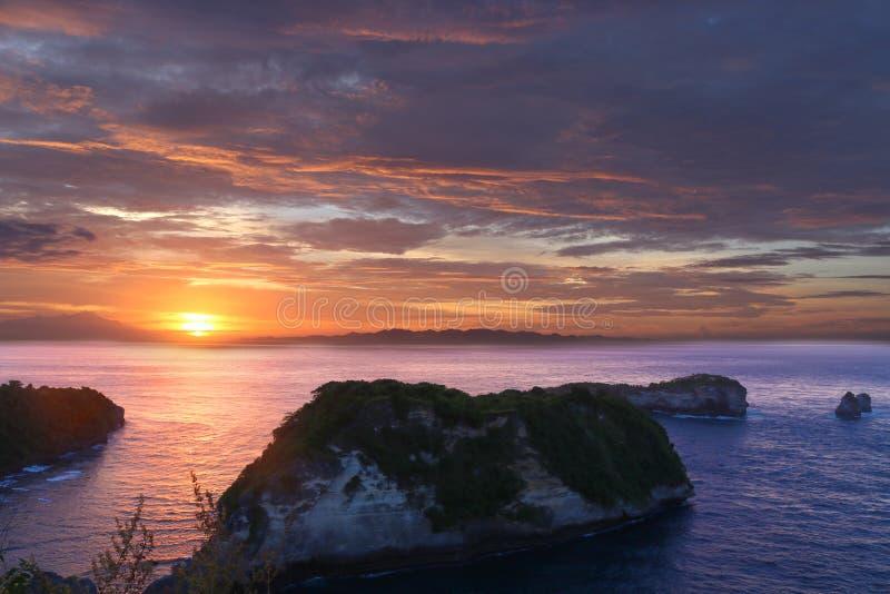 Сценарный взгляд восходы солнца ` s Бали, Индонезии шикарные над неподвижным океаном мочит стоковая фотография rf