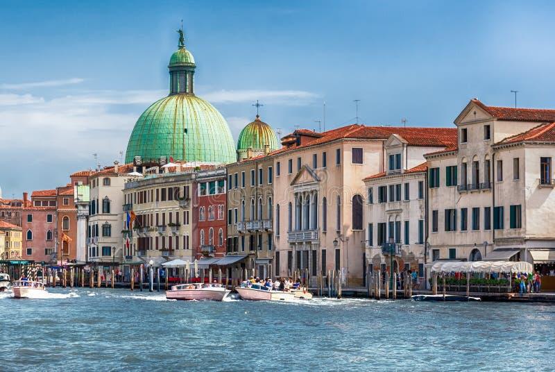 Сценарный взгляд грандиозного канала в Венеции, Италии стоковое фото rf