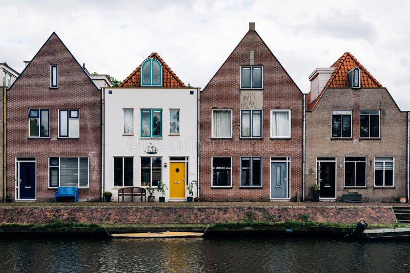 Сценарный взгляд домов канала и строки в Нидерландах стоковое изображение