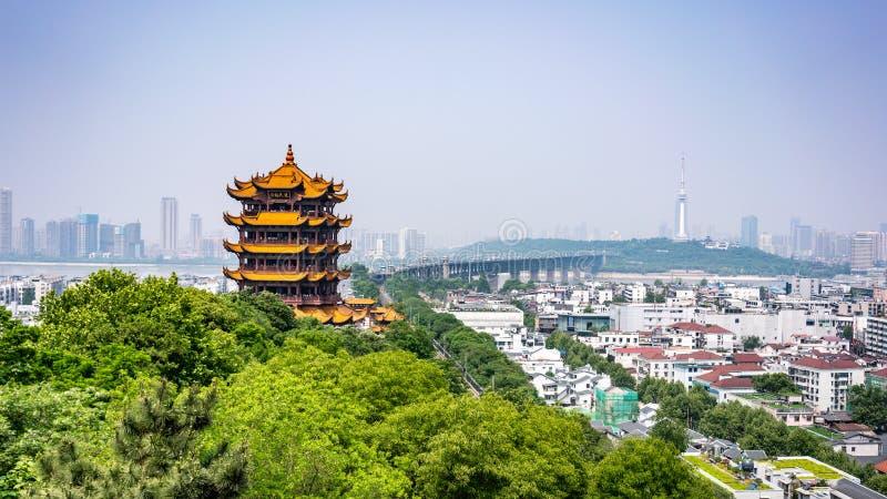 Сценарный взгляд желтой башни крана и моста Yangtze большего символическ стоковое фото