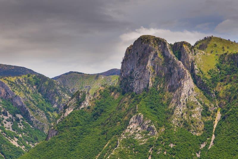 Сценарный взгляд ландшафта на ущелье в албанской горе в летнем дне стоковые фото