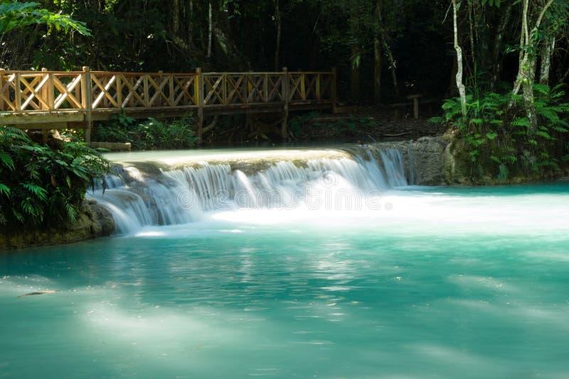 Сценарный взгляд на водопаде Kuang Si с водой бирюзы на солнечный день стоковая фотография rf