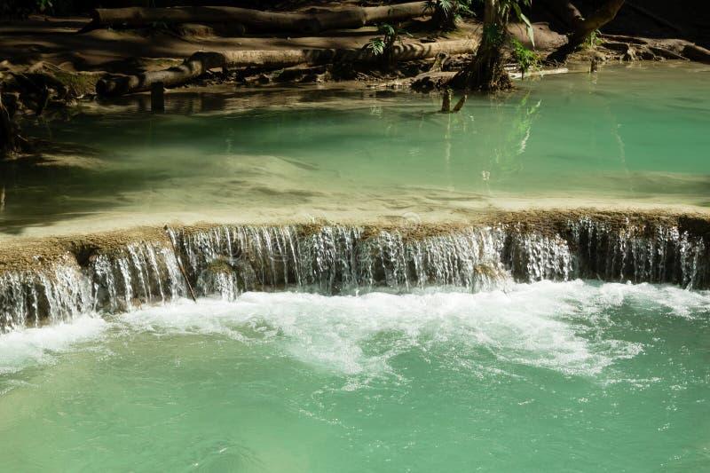 Сценарный взгляд на водопаде Kuang Si с водой бирюзы на солнечный день стоковые изображения rf