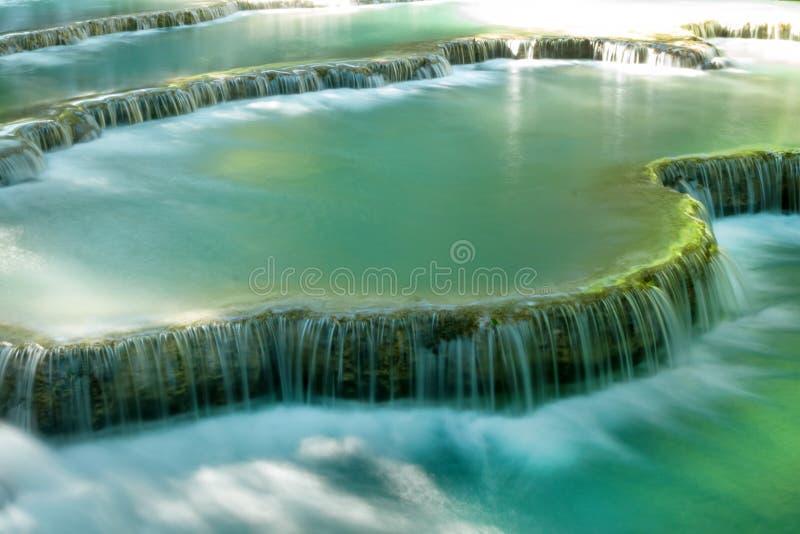 Сценарный взгляд на каскадированном водопаде Kuang Si с водой бирюзы на солнечный день стоковое фото rf