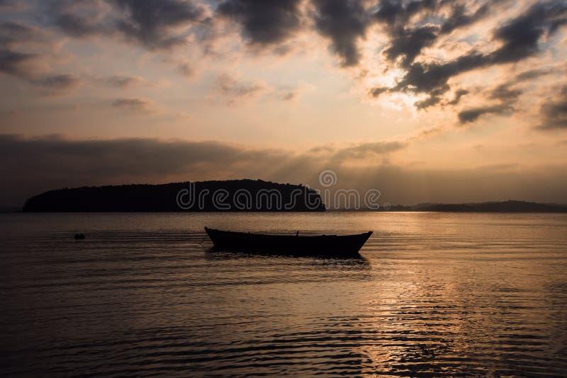 Сценарный взгляд небольшой рыбацкой лодки в спокойной воде стоковое фото rf