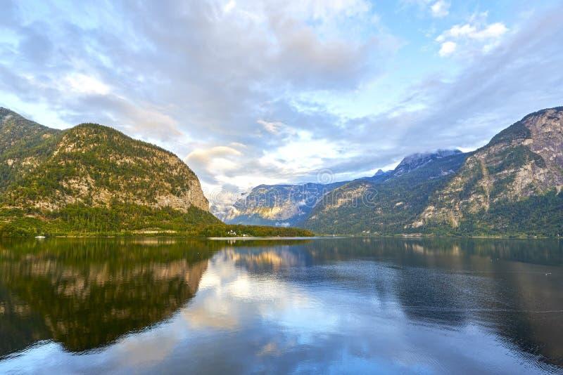 Сценарный взгляд озера Hallstatter в австрийце Альпах Заход солнца осени на озере Hallstatt с красивыми облаками и отражениями не стоковые изображения rf