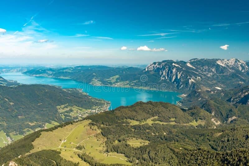 Сценарный взгляд от Schafberg над озером Attersee стоковая фотография