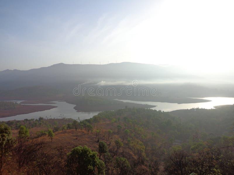 Сценарный взгляд подпора реки в холмах и растительности гор стоковое изображение rf