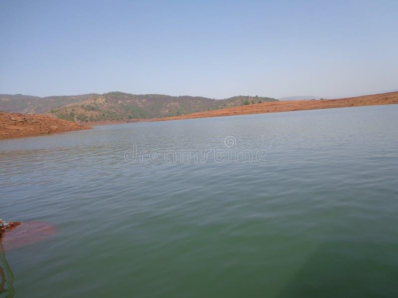 Сценарный взгляд подпора реки в холмах и растительности гор стоковая фотография