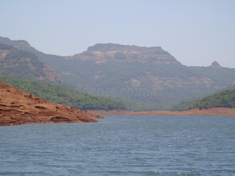 Сценарный взгляд подпора реки в холмах и растительности гор стоковые фотографии rf