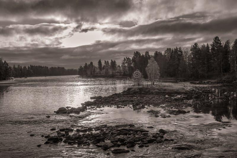 Сценарный взгляд реки с драматическим небом стоковая фотография rf