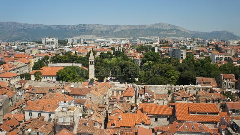 Сценарный взгляд сверху города от колокольни, крыш домов и церков в старом городке, красивом городском пейзаже, солнечном дне, ра стоковые фото