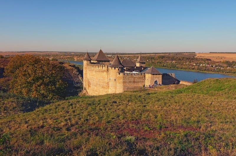 Сценарный взгляд средневекового замка Khotyn Крепость расположенная на правом береге реки Днестра стоковое изображение rf