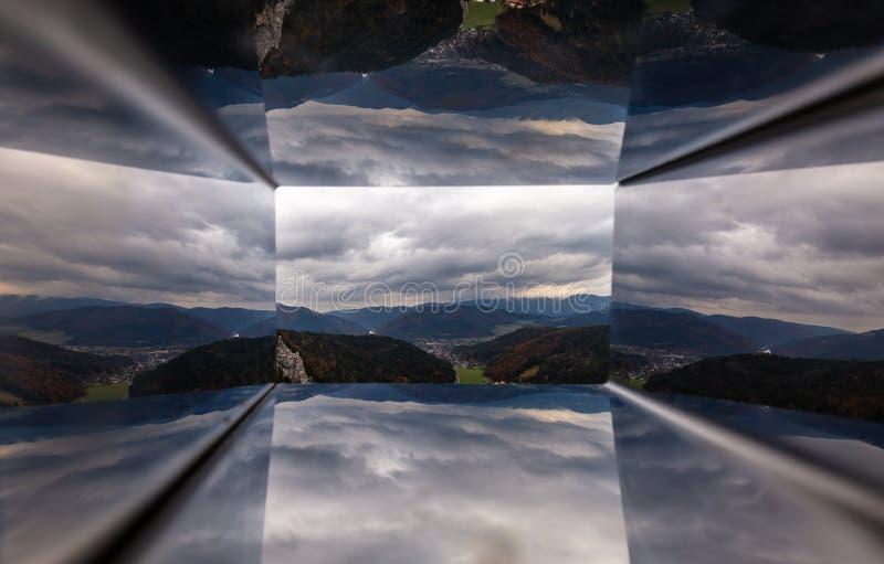Сценарный взгляд через отверстие miror телезрителя Alpen сосиски от верхней части Hausstein к зеленой долине с красочным лесом ос стоковые изображения rf
