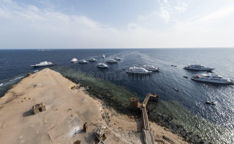 Сценарный взгляд seashore песка с длинными, деревянными пристанью и a стоковая фотография rf