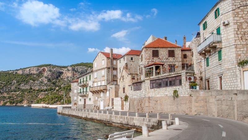 Сценарный взгляд в деревне Komiza Хорватия стоковые изображения