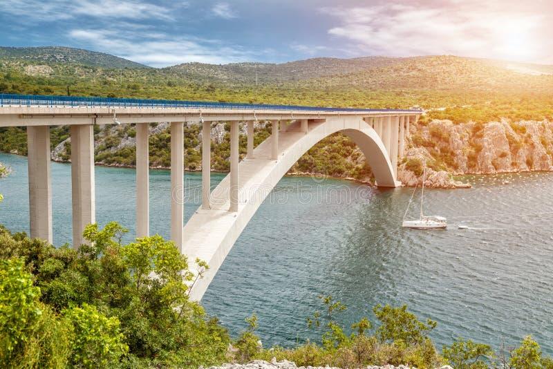 Сценарный взгляд моста водя к старому городку Sibenik в Хорватии стоковые изображения rf