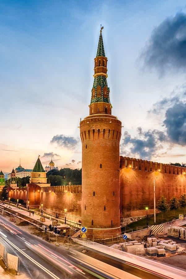 Сценарный взгляд над башней Beklemishevskaya и Кремлем, Москва, стоковое фото