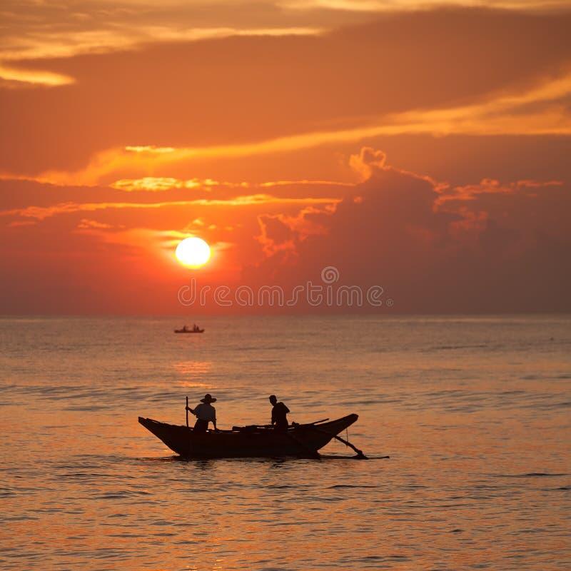 Сценарный взгляд на Индийском океане на Шри-Ланке с fishman в шлюпке стоковые изображения rf