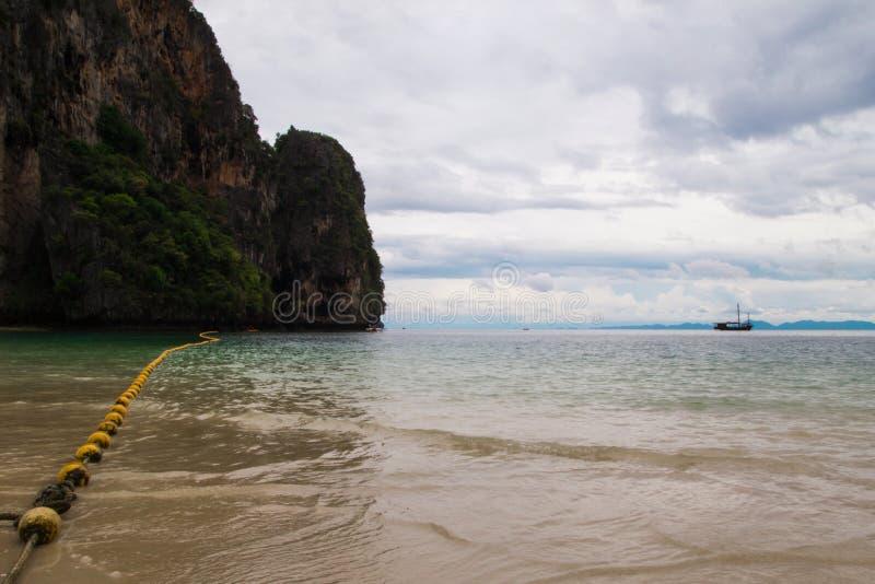 Сценарный взгляд на море и утес от Phra Nang приставают к берегу в пасмурной погоде стоковое изображение
