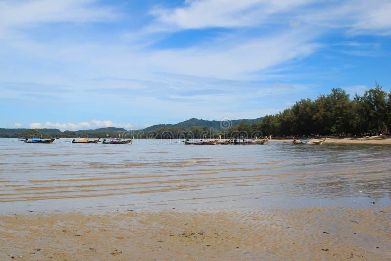 Сценарный взгляд на море с длинными шлюпками от пляжа Ao Nang стоковое фото rf