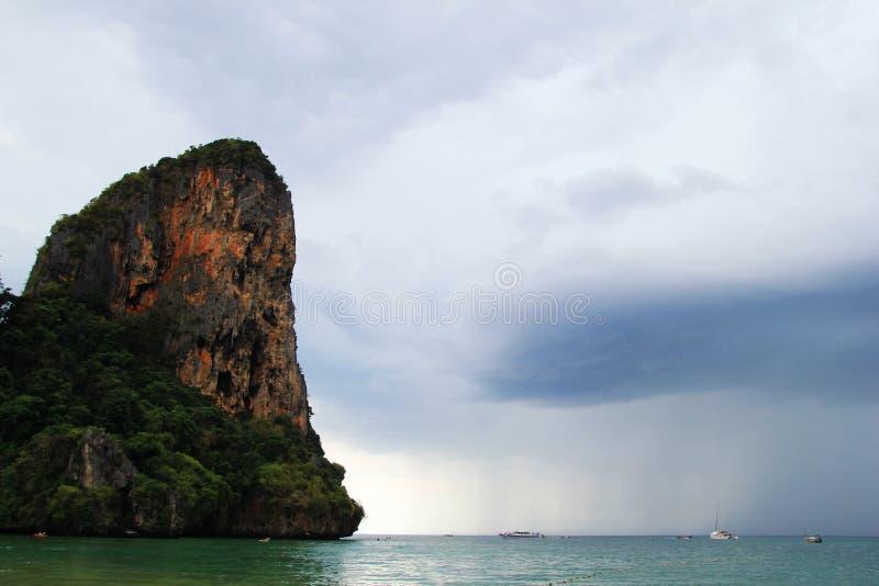 Сценарный взгляд на море с кораблями и скалы от Railay приставают к берегу стоковое изображение