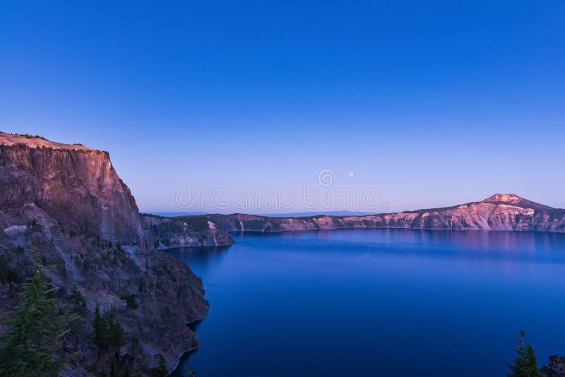 Сценарный взгляд на сумраке в национальном парке озера кратер, Орегоне, США стоковое изображение rf