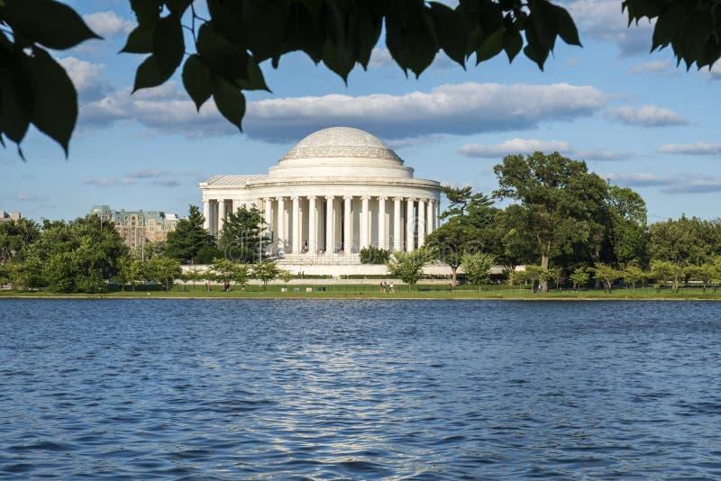Сценарный взгляд памятника Томас Джефферсон мемориального увиденного поперек от приливного таза стоковое фото rf
