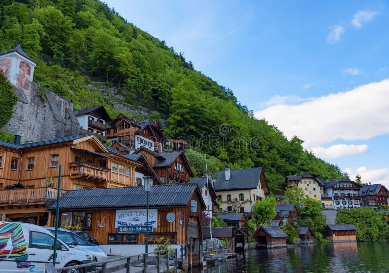 Сценарный взгляд художественной открытки традиционных старых деревянных домов в известном горном селе Hallstatt на озере Hallstat стоковые изображения rf