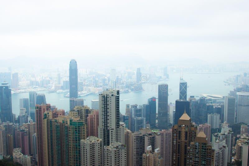 Сценарный вид на город Гонконга взгляда от пика Виктория Организация бизнеса и небоскребы в Гонконге в гавани Виктория стоковые фотографии rf