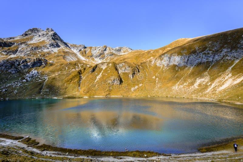 Сценарный вид на озеро Engeratsgundsee с отражениями более большой горы Daumen, плохого Hindelang, Баварии, Германии стоковая фотография