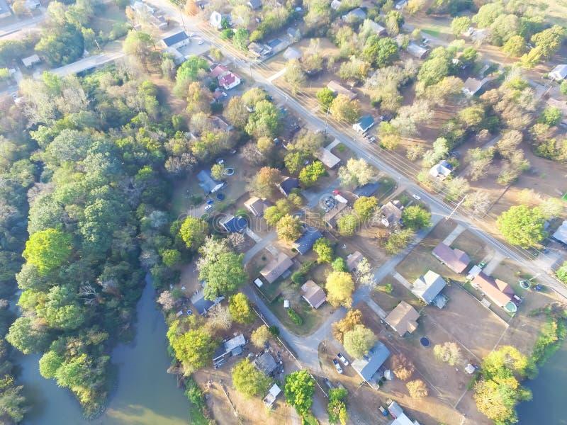 Сценарный вид с воздуха зеленого пригородного района Ozark, Арканзаса, США стоковое изображение