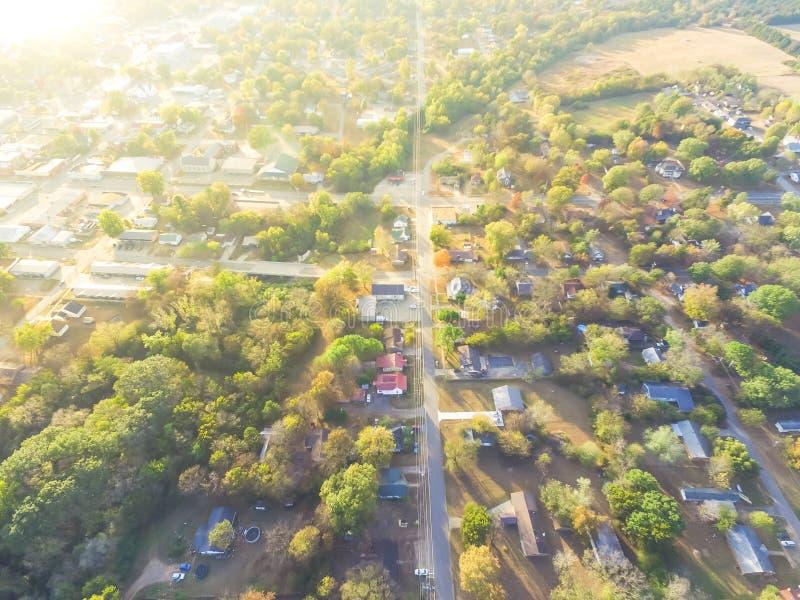 Сценарный вид с воздуха зеленого пригородного района Ozark, Арканзаса, США стоковые фото