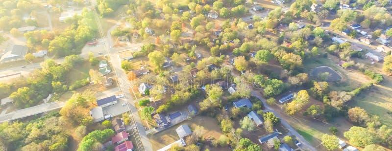 Сценарный вид с воздуха зеленого пригородного района Ozark, Арканзаса, США стоковое фото