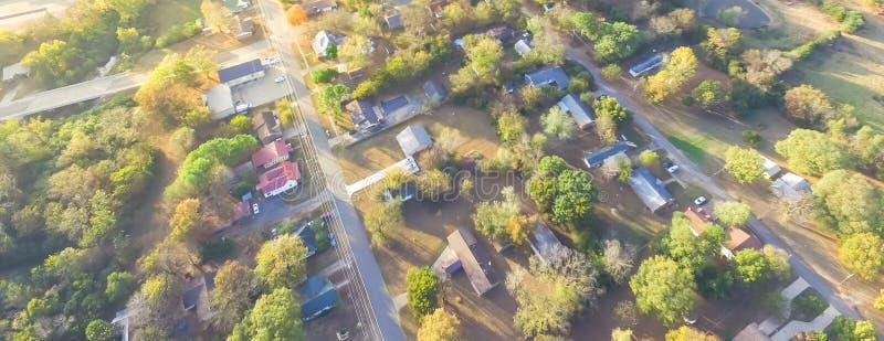 Сценарный вид с воздуха зеленого пригородного района Ozark, Арканзаса, США стоковые изображения