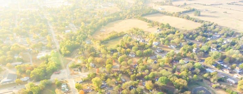 Сценарный вид с воздуха зеленого пригородного района Ozark, Арканзаса, США стоковое изображение rf